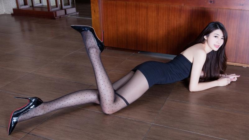 <腿模Flora黑色丝袜美腿壁纸