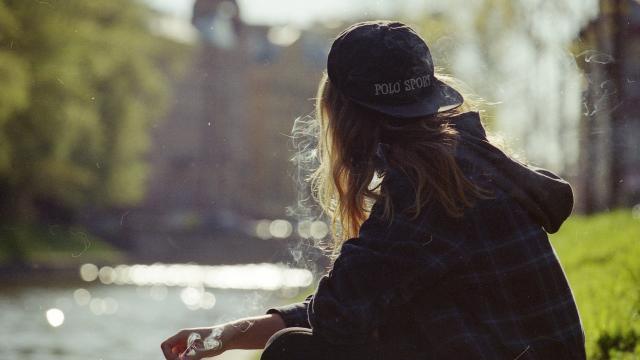<一个吸烟的女人,高清壁纸,图片,时光记忆