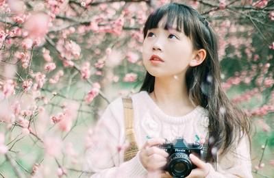 <小女孩可爱相机高清壁纸