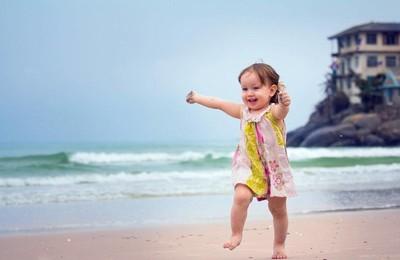 <小孩可愛沙灘高清壁紙