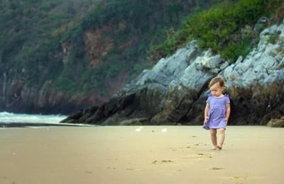 <小孩可爱沙滩高清壁纸