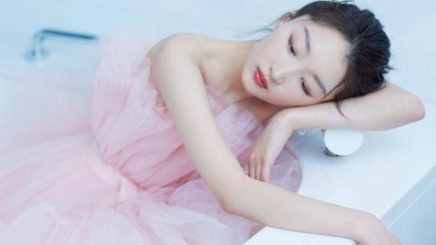 <周冬雨粉色纱裙甜美壁纸