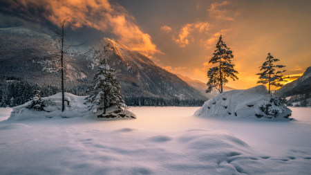 唯美日落中的雪景