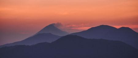 黄昏的山脉剪影