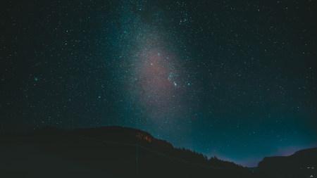 夜晚黑暗的山和星空